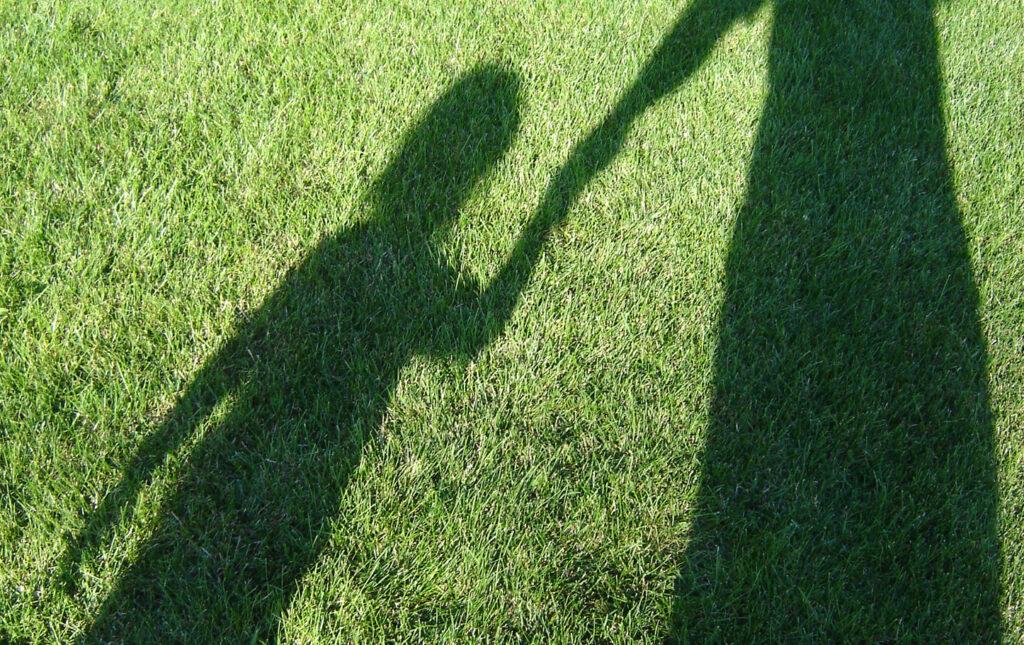 holding hands 1317094 1 1024x645 - Dilemas: Maternidade x Carreira - Como eu cheguei ao Empreendedorismo Digital